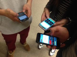 """Deutschland ist zur Zeit im Rätselfieber: Über vier Millionen Nutzer – Jung wie Alt – spielen jeden Tag auf dem Tablet oder ihrem Smartphone """"Quizduell""""."""