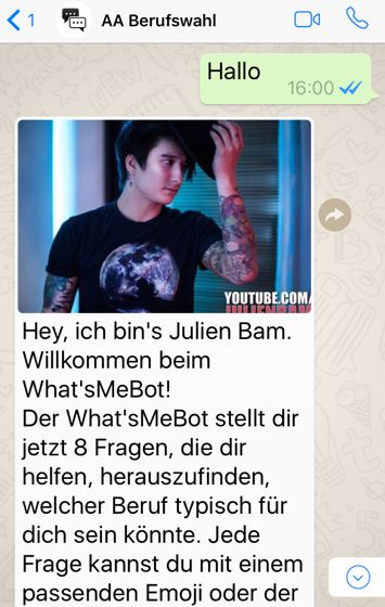 """Als Nächstes öffnet man WhatsApp und schreibt die Start-Nachricht """"Hallo"""" an den eben gespeicherten Kontakt """"AA"""" oder die Nummer des What'sMeBot. Darauf erhält man innerhalb von Sekunden eine Antwort des bekannten und beliebten Youtubers Julien Bam, der das weitere Vorgehen erklärt."""